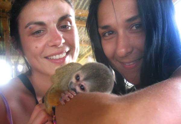 Мила (вдясно) със своя колежка си играе с маймунка. Снимки: Личен архив