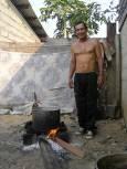 Шаманът приготвя аяхуаска в къщата си в Пуерто Малдонадо. Снимка: личен архив.