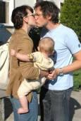 Мила Йовович се целува продължително с бащата на бебето режисьора Пол Андерсън.