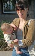 Мила Йовович видимо се зобавляваше да показва бебето си на фоторепортерите. Снимки: Булфото