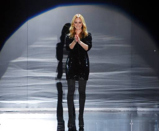 Италианската дизайнерка Фрида Джанини приема аплодисмети, след представянето на колекцията на