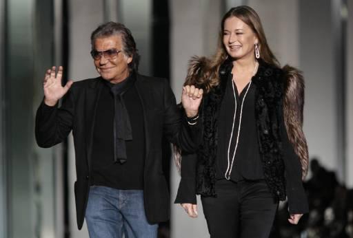Италианският дизайнер Роберто Кавали и съпругата му Ева излизат на сцената след представянето на колекцията есен-зима 2009/10 в Милано. Снимка: Ройтерс