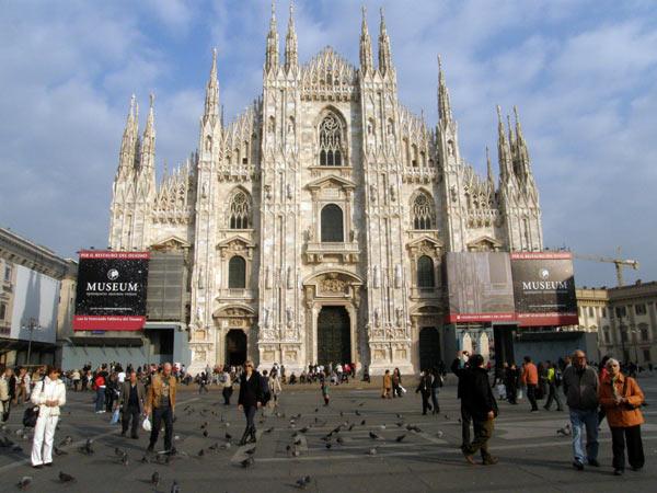 Готическата катедрала Дуомо в центъра на Милано. Снимки: Нели Томова
