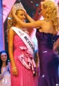 Миналогодишната победителка Юлия Юревич предава короната на