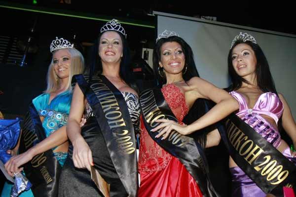 """Йоана Христова (втората от ляво надясно), победителката в конкурса """"Мис Силикон"""" 2009, позира с подгласничките си. Снимка: """"Мис Силикон"""""""