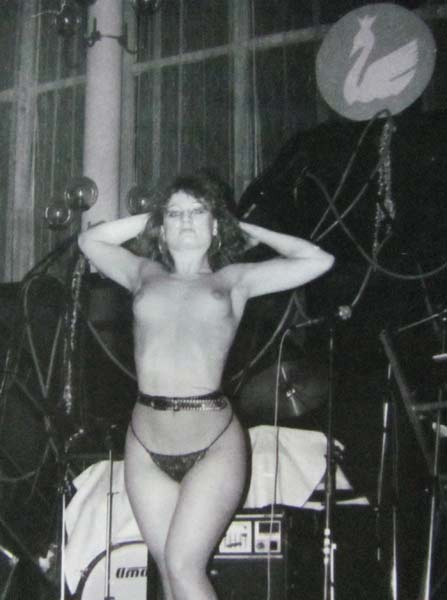 Мис Валенти прави първия стриптиз през февруари 1990 г. в ресторант