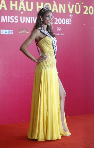 """Представителката на Венецуела Даяна Мендоса спечели конкурса за красота """"Мис Вселена"""" 2008, който се състоя във виетнамския курортен град Нячанг. Снимка: Ройтерс"""