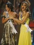 """""""Мис Вселена"""" Даяна Мендоса (вдясно) и първата подгласничка Талиана Варгас от Колумбия. Снимка: Ройтерс"""