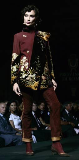 Модел от колекцията есен/зима на италианската дизайнерка Рафаела Куриел, на седмицата на висшата мода в Рим. Снимка: Ройтерс