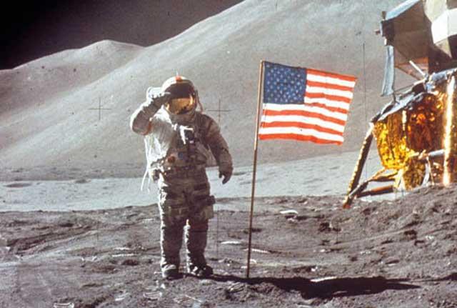 Астронавтът Дейвид Скот маха към камерата след като слиза на луната от модула
