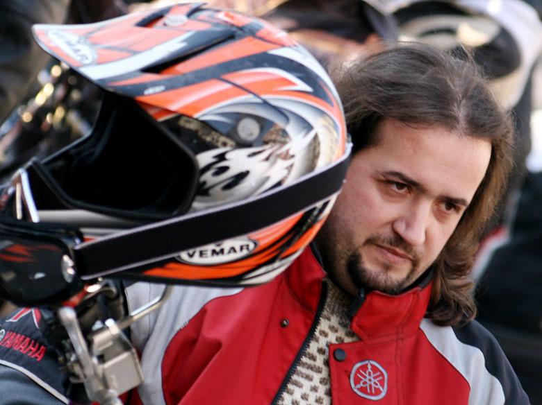 Недоволен от бъдещите увеличения моторист. Снимка: Нели Томова