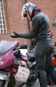 Участник в протеста е залепил на мотора си плакат с надпис