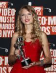 Тейлър Суифт се снима с наградата си за най-добро женско видео. Снимка: Ройтерс