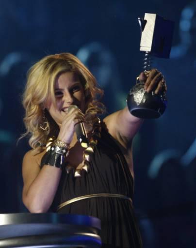 Певицата Нели Фуртадо се радва след като спечели статуетката за албум на годината на Европейските музикални награди на MTV в Мюнхен. Снимка: Ройтерс