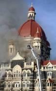 Пожарникари се опитват да потушат огъня в хотела