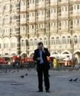 Полският евродепотат Ян Масиел говори по телефона, след като е евакуиран от хотела. Снимка: Ройтерс