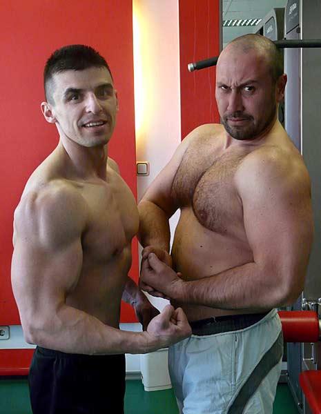 Костадин Зашев (вляво) и негов ученик демонстрират мускули, постигнати само с тренировки и правилно хранене, без зобене. Снимка: личен архив
