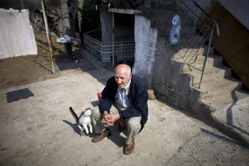 71-годишният Мустафа Мехмед Хасан разказва за съпротивата срещу етническото претопяване на мюсюлманското малцинство в България по време на комунистическия режим в периода 1984-1989 в село Груево. Снимка: Ройтерс