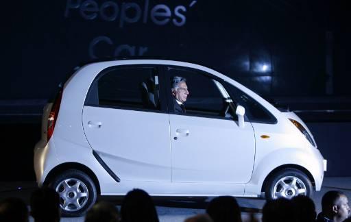 """Новият автомобил """"Нано"""", който е най-евтината кола в света. Колата бе представена от индийската компания производител """"Тата"""" на автоизложението в Ню Делхи. Снимка: Ройтерс"""