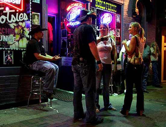 """Момичета разговарят с охраната пред бар на ул. """"Бродуей"""" в Нешвил, Тенеси. Снимка: Иван Бакалов"""