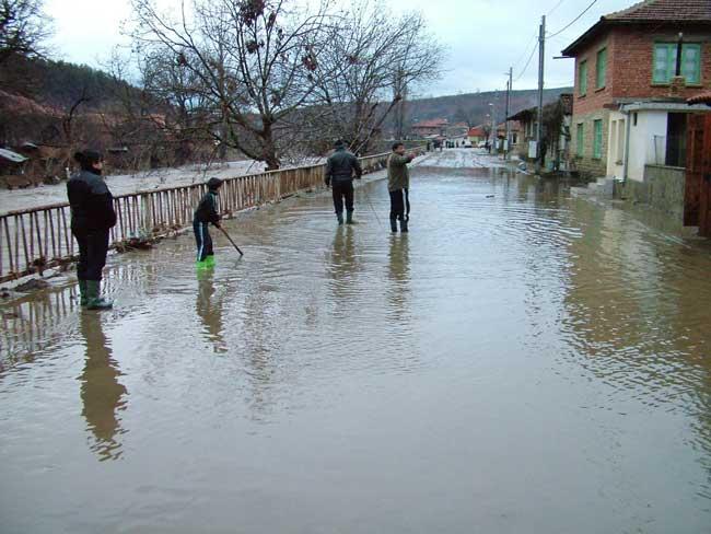 Наводнена улица в село Градец, Сливенско. Тук за денонощие са паднали валежи 100 л на кв. м. Снимка: Булфото