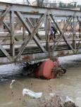 Мостът в с. Динево, Хасковско. Под него е заседнала довлечена от водата цистерна. Снимка: Impact Press Group