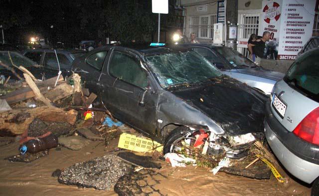 Смачкани коли на улица във Варна, довлечени от пороя. Снимка: Impact Press Group