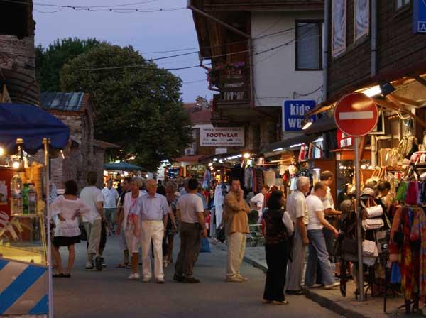 Привечер центърът на Стария град се изпълва с туристи. Къщите от Възраждането обаче не се забелязват, заради множеството сергии. Снимки: Николай Григоров