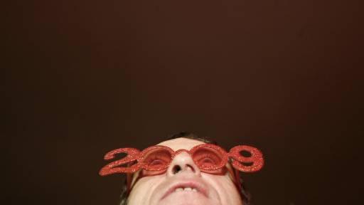 Португалец наблюдава фойерверките на площад в Лисабон, с настъпването на Нова година. Снимка: Ройтерс