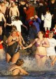 Около 150 души в Германия взеха участие в зимно плуване по случай идването на 2009-а година. Снимка: Ройтерс