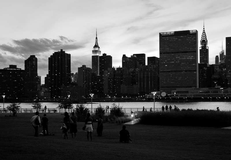 Ню Йорк, пейзаж към Манхатън от Лонг Айлънд сити. Вляво се вижда Емпайър стейт билдинг, вдясно - сградата на ООН и небостъргачът на