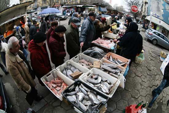 Продавачи на риба на Женския пазар в София. Снимка: Валентина Петрова