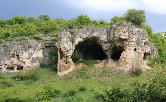 Капанът на времето (216 м н.в.) е сред най-атрактивните скални ниши в България. Напомня за емблематичната Проходна край Карлуково и за най-красивата от Вражите дупки край Губислав, но ги превъзхожда с петте си входни отвора във всички посоки, трите окна в свода и двата скални прозореца. Снимки: Николай Нинов