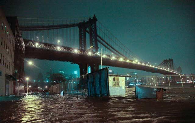 Манхатън бридж в първите часове на урагана Санди. Снимка: ЕПА/АП/БТА