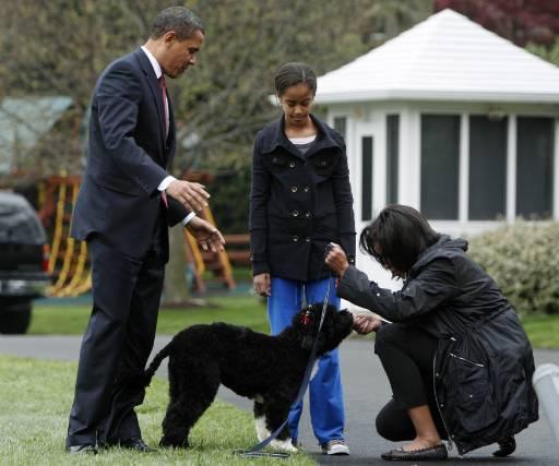 Барак, Мишел и дъщеря им Малия приветстват новия член на семейство Обама - португалското