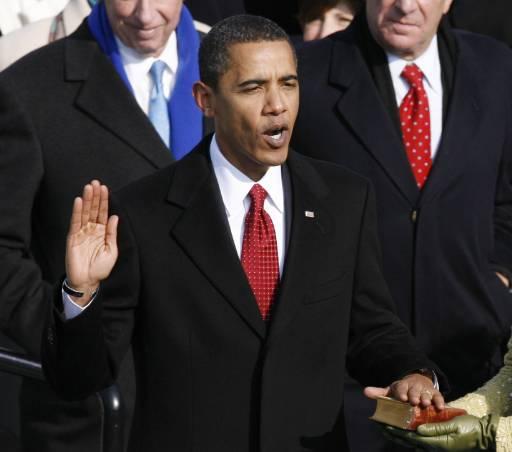 44-ият президент на САЩ Барак Обама полага клетва пред върховния съдия Джон Робъртс. Снимка: Ройтерс