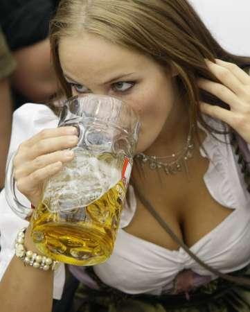 Жена в баварска носия пие бира на Октоберфест. Традиционният празник на бирата се откри за 176-и път в столицата на Бавария Мюнхен и ще събере милиони посетители за две седмици. Снимка: Ройтерс