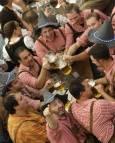 Мъже в традиционни баварски носии вдигат наздравица на Октоберфест в Мюнхен. Снимка: Ройтерс