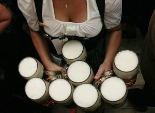 Сервитьорка разнася бири на мюнхенския Октоберфест. Милиони пиячи на бира от цял свят се събират в баварската столица Мюнхен за най-големия и най-известния бирен фестивал в света, Октоберфест. 175-ят Октоберфест започна на 20 септември и ще продължи до 5ти октомври. Снимка Ройтерс.