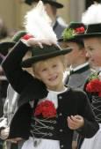 Момиченце в традиционни баварски дрехи на парада в Мюнхен. Снимка Ройтерс.