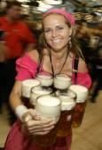 Сервитьорката Бабси носи бирени халби в първия ден от мюнхенския Октоберфест. Снимка Ройтерс.