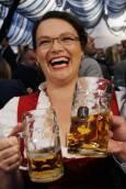 Заместник председателката на немската партия на социалдемократите (SDP) Налес пие бира на берлинския Октоберфест. Снимка Ройтерс.