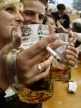 Двойка вдига наздравица с бирени халби по време на церемонията по откриването на Октоберфест в Мюнхен. Снимка Ройтерс.