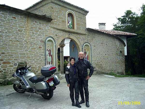 Георги и Генка на разходка до близкия манастир след участие в мотосъбор. Снимка: личен архив