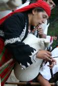 Момиче свири на гайда на поляната край Триградското ждрело. Снимки: Нели Томова