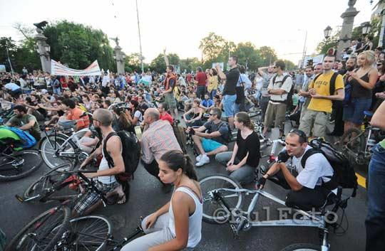 Протестиращите насадяха по земята и затвориха Орлов мост. Снимка: Булфото