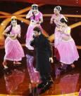Композиторът А.Р.Рахман танцува на сцената. Музиката му донесе на