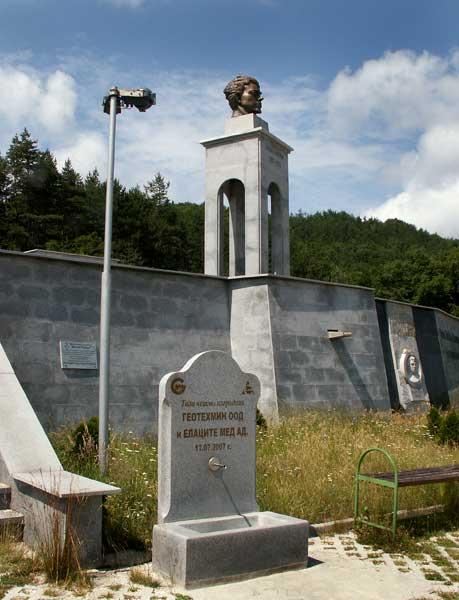 Странният мемориал на Левски край с. Буново. Снимки: Йордан Николов