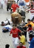 """По време на фестивала """"Сан Фермин"""" стотици мъже тичат заедно с биковете по улиците на града. По време на четвъртия ден властите съобщиха за петима ранени души. Снимка: Ройтерс"""