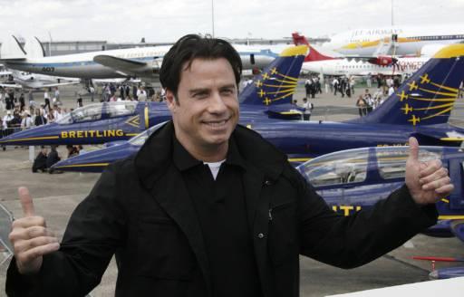 Холивудският актьор и пилот Джон Траволта позира за фотографите по време на посещението си на 47-то изложение на авиационна техника в Бурже край Париж. Снимка: Ройтерс